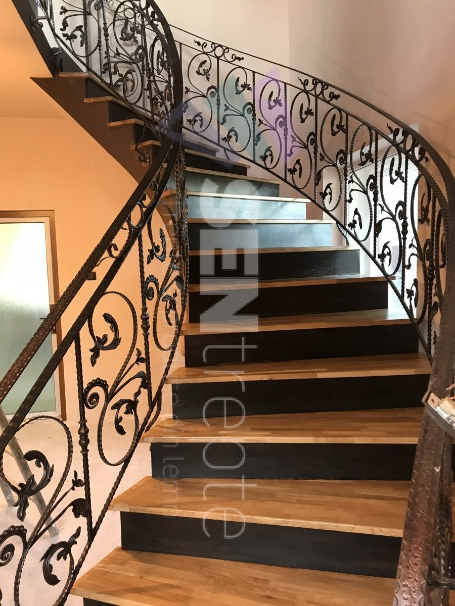 Scara placata lemn cu balustrada din fier forjat