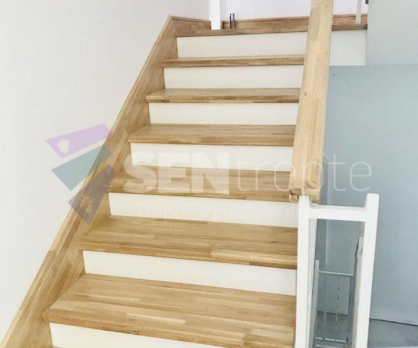 scara din lemn cu o balustrada